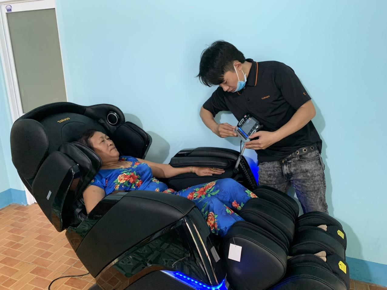 Ghế massage Tokuyo - giải pháp cho chứng mất ngủ kinh niên ở người cao tuổi